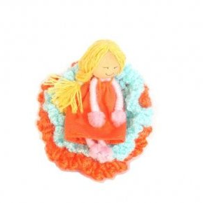 Broche crochet et figurine
